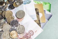 俄国金钱钞票和硬币,信用卡 免版税库存照片