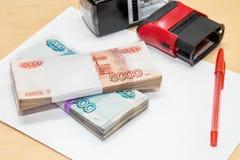 俄国金钱,干净的纸片,笔,在书桌上的印刷品 库存图片
