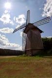俄国风车在阳光下光芒 村庄风车 免版税图库摄影