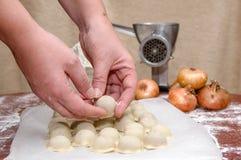 俄国饺子 烹调的过程 图库摄影