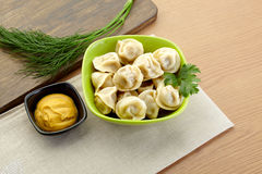 俄国饺子- pelmeni,在橙色碗 免版税库存图片