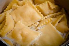 俄国馄饨- pelmeni在汤煮沸 蛋白甜饼 免版税库存图片
