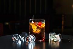 黑俄国鸡尾酒用樱桃和桔子 库存图片