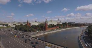 俄国,莫斯科 短小集中于克里姆林宫鸟瞰图、莫斯科河和船、路和城市交通4k 影视素材