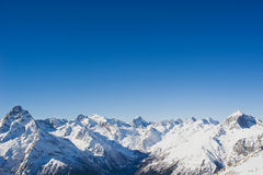 在清楚的蓝天的山上面 免版税库存照片