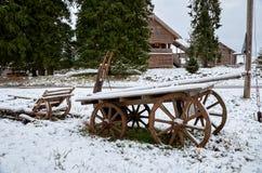 俄国 一个古老推车在Kinerma村庄在卡累利阿 2017年11月16日 免版税库存照片