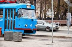 俄国 一辆蓝色电车在莫斯科在Chistye Prudy区域  2017年11月18日 免版税库存图片