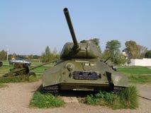 俄国 假定大教堂dmitrov克里姆林宫莫斯科明信片区域俄国冬天 在列宁诺Snegiri的军事博物馆 坦克T-34-85 图库摄影