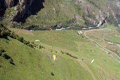 俄国 卡巴尔达巴尔卡尔共和国 Chegem paradrome 那里梦想实现,在地球的飞行!!! 库存图片