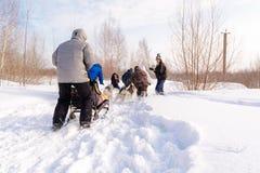 俄国 喀山 2月14日 尾随mushing在雪的西伯利亚爱斯基摩人雪撬队拉扯是在框架外面通过一个冬天的雪撬 库存图片