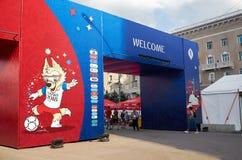 俄国 国际足球联合会在顿河畔罗斯托夫扇动在剧院正方形的费斯特 2018年7月01日 库存图片