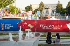 俄国 国际足球联合会在顿河畔罗斯托夫扇动在剧院正方形的费斯特 2018年7月01日 库存照片
