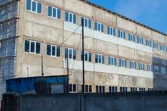 俄国 在冬天的门面的脚手架 免版税库存照片