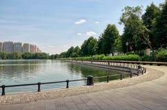 俄国 在奥斯坦基诺电视塔附近的奥斯坦基诺池塘 2016年6月21日 免版税库存照片