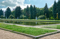 俄国 在莫斯科国立大学附近大厦的池塘在Vorobyovy小山的在莫斯科 2016年6月20日 库存图片