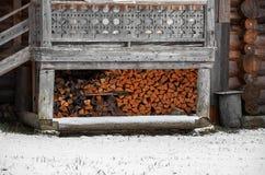 俄国 堆木柴在Kinerma村庄在卡累利阿 2017年11月16日 免版税库存图片