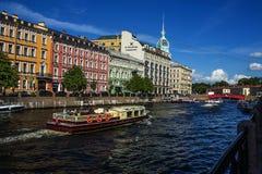 俄国 夏天 圣彼德堡 Moika河 划船 漫步 游人 有历史的中心 免版税库存图片