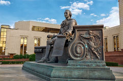 俄国 对伊冯舒瓦洛夫的纪念碑在莫斯科国立大学图书馆的大厦附近 2016年6月20日 图库摄影