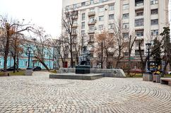 俄国 对车尔尼雪夫斯基的纪念碑干净的池塘的 2017年11月18日 免版税库存图片