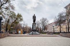 俄国 对Griboyedov的纪念碑在干净的池塘 2017年11月18日 库存照片