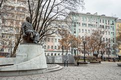 俄国 对Kunanbaev的纪念碑在干净的池塘 2017年11月18日 库存照片