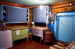 俄国 屋子的室内装璜在Kinerma村庄在卡累利阿 厨房 2017年11月16日 库存图片
