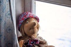 俄国 屋子的室内装璜在Kinerma村庄在卡累利阿 在窗口的一个老玩具 2017年11月16日 免版税库存照片