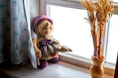 俄国 屋子的室内装璜在Kinerma村庄在卡累利阿 在窗口的一个老玩具 2017年11月16日 库存图片