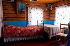 俄国 屋子的室内装璜在Kinerma村庄在卡累利阿 2017年11月16日 免版税库存照片