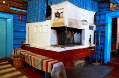 俄国 屋子的室内装璜在Kinerma村庄在卡累利阿 有一个老火炉的厨房 201 11月16日, 免版税库存照片