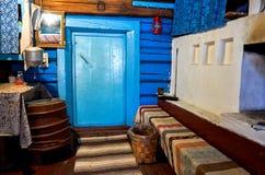 俄国 屋子的室内装璜在Kinerma村庄在卡累利阿 有一个老火炉的厨房 201 11月16日, 库存图片