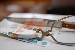俄国货币用刀子削减 免版税库存照片
