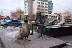 俄国 彼得罗扎沃茨克 雕塑`以前什么?`在彼得罗扎沃茨克 2017年11月15日 库存照片