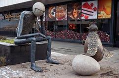 俄国 彼得罗扎沃茨克 雕塑`以前什么?`在彼得罗扎沃茨克 2017年11月15日 库存图片