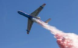 俄国紧急两栖飞机Beriev是200ChS (是200ES)下落展示消火能力的色的水 免版税库存照片