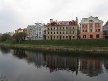 俄国 普斯克夫 苏联堤防,从桥梁的一个看法 图库摄影