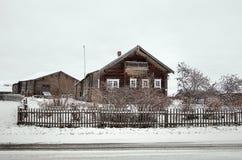 俄国 木房子在Kinerma村庄在卡累利阿 2017年11月16日 免版税图库摄影