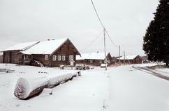 俄国 木房子在Kinerma村庄在卡累利阿 2017年11月16日 免版税库存图片