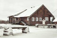 俄国 木房子在Kinerma村庄在卡累利阿 2017年11月16日 免版税库存照片