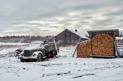 俄国 木房子在Kinerma村庄在卡累利阿 2017年11月16日 库存图片