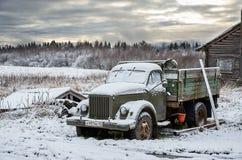 俄国 老卡车在Kinerma村庄在卡累利阿 2017年11月16日 免版税库存图片