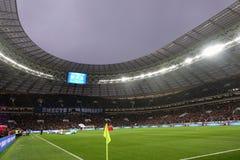 俄国 莫斯科11月2017年 背景域橄榄球草绿色纹理 人从立场的手表橄榄球 世界杯的准备 图库摄影