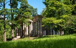俄国 Gatchina宫殿公园 桦树议院 在前面是一个门面具 免版税库存图片