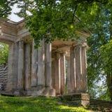 俄国 Gatchina宫殿公园 桦树议院 在前面是一个门面具 免版税库存照片