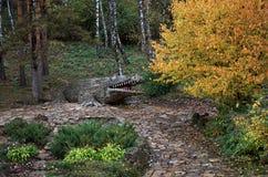 俄国 Kislovodsk 一条鳄鱼的雕塑在玫瑰谷的在Kislovodsk 双十国庆, 2016年 免版税库存照片