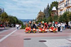 俄国 Kislovodsk 儿童` s在Kurortnoy大道的蒸汽机车在Kislovodsk 2016年10月9日 免版税库存图片