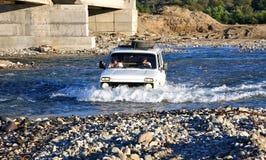 俄国SUV在河 免版税库存照片