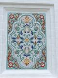 俄国yaroslavl - 6月3日 2016年 装饰品在墙壁上的一个陶瓷砖绘了假定大教堂 免版税库存照片