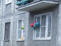 俄国yaroslavl 袋子在窗口格栅垂悬 库存照片