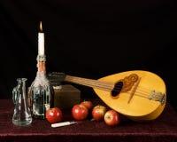 俄式三弦琴和果子 免版税库存照片